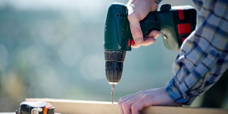 Percer dans du bois avec la perceuse Bosch PSB 1800 Ll-2