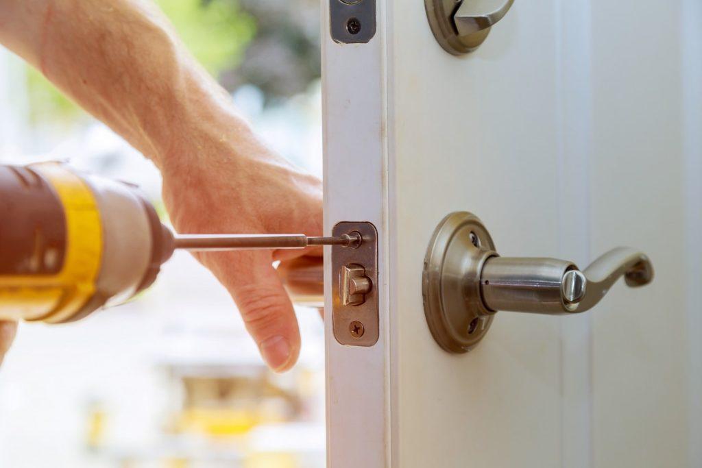 Perceuse visseuse - Visser une poignée de porte